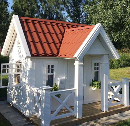 Lekstuga Villa Hätte Large (24 900 kr) med tillvalen Dörr med fönster (500 kr), Mellanpaketet innehållande takpanneplåt, blomlådor, fågelholk och öppningsbart fönster (6 000 kr) = 31 400 kr komplett.