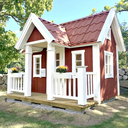 Lekstuga Vittinge Large (24 900 kr) med tillvalen Dörr med fönster (500 kr), Mellanpaketet innehållande takpanneplåt, blomlådor, fågelholk och öppningsbart fönster (6 000 kr) = 31 400 kr komplett.