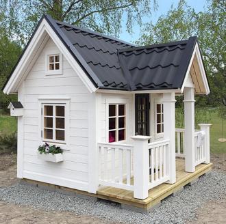 Lekstuga modell Brunnsgården med öppningsbara fönster, brevlåda och altan. Vitmålad med svart plåttak. En av våra populäraste lekstugor med ribb-räcke ochklassiska 6-rutors fönster.