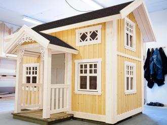 Lekstuga Högsbo, inspirerad av en klassisk 1800- tals villa eller gård. En av våra största lekstugor.