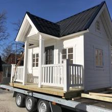 Lekstuga Brunnsgården X-Large (32 900 kr) med tillvalen Dörr med fönster (500 kr), Mellanpaketet innehållande takpanneplåt, blomlådor, fågelholk och öppningsbart fönster (7 000 kr) = 40 400 kr komplett. OBS: Kunden har specialbeställt slutmålning.