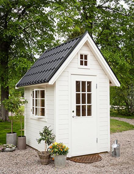 """Trädgårsdboden """" Canterbury"""" med öppningsbart fönster och bänk. Kan även användas som hönshus."""