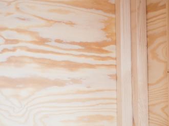 Plywood på insidan mellan ytterpanel och reglar/stomme är standard.