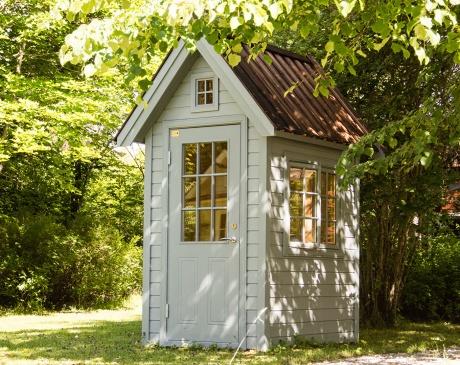 """Trädgårdsboden """"Bexhill"""" kan också användas som hönshus. Här målat med antik grå färg och tjärat faltak."""