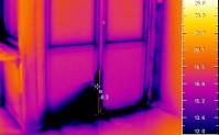 Skavda balkongdörrar med dålig tätningslist