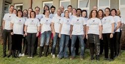 2/3 av personalen provar t-shirts med vår nya logga. Symboliskt - Ny förpackning och samma innehåll.