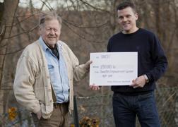 Nocke Eriksson, en av företagets grundare, och Anders Bjurström, VD  med en symbolisk check till UNICEF