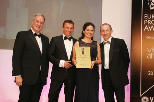 Från vänster ses: Lord Bates, Chairman of the judges, Pål Ross, Deirdre Ross och Stuart Shield, President of the International Property Awards. Photo Chris Sharp