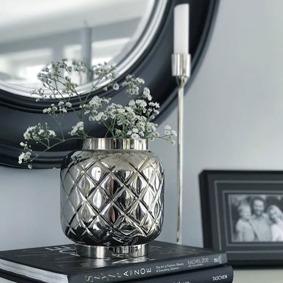 Luxe är en kruka och vas i ett. Vackert rutmönster i 100% mässing eller rostfritt stål ger krukan en vacker finish och lyxig tyngd. Precis som de ikoniska Chanelväskor som stått förebild till denna serie är de tänkta som en lyxig accessoar till hemmet. Passar både som en kruka och som en vas.