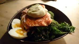 Grönkål, rökt lax, ägg och majonnäs. En måltid som håller dig mätt länge men ditt blodsocker jämt