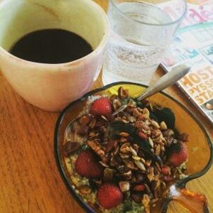 Toppat med hemmagjord granola, jordgubbar från landet och spirulina.