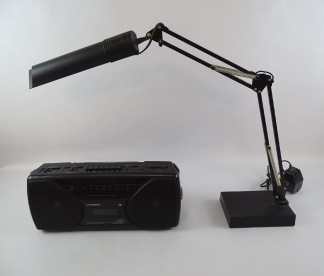 Skrivbordslampa samt radio