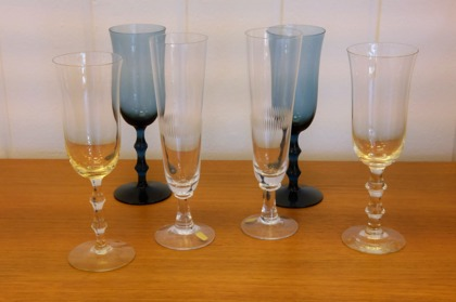 """Servisglas: Champagne glas """"Recette"""" Johansfors, Bengt Orup 1955. Vitvinsglas """"Salut"""" i blått och bärnstensfärg Orrefors, Simon Gate"""