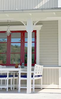 Köp Snickarglädje och dekoration till verandan, farstukvisten, hela huset och villan. Måttanpassade konsoler och räcken med snickarglädje. Du hittar träräcke, trästaket med detaljer, mönster, ornamnent, dekoration för huset, snideri, träsnideri och snickarglädje med krusiduller och krumelurer till fastukvisten och verandan samt dekor till taket och vindskivorna. Nockdekor och gavelornament. Dekoration till fönster och överliggare med dekorativt fönsterfoder. Prisvärt, svensktillverkat och snabb leverans.