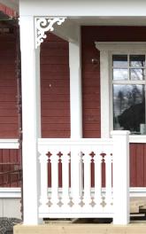 Snickarglädje till veranda,altan eller fasad. All snickarglädje kan du hitta på Gaveldekor.Köp Snickarglädje och dekoration till verandan, farstukvisten, hela huset och villan. Måttanpassade konsoler och räcken med snickarglädje. Du hittar träräcke, trästaket med detaljer, mönster, ornamnent, dekoration för huset, snideri, träsnideri och snickarglädje med krusiduller och krumelurer till fastukvisten och verandan samt dekor till taket och vindskivorna. Nockdekor och gavelornament. Dekoration till fönster och överliggare med dekorativt fönsterfoder. Prisvärt, svensktillverkat och snabb leverans.