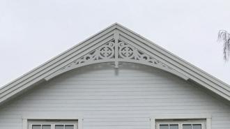 Gavelornament 004 30° Gaveldekor Snickarglädje. Köp Snickarglädje och dekoration till verandan, farstukvisten, hela huset och villan. Måttanpassade konsoler, staket och räcken med snickarglädje. Du hittar gammaldags träräcke att köpa, trästaket med detaljer, mönster, ornament, dekoration för huset, snideri, träsnideri och snickarglädje med krusiduller och krumelurer till farstukvist och veranda samt dekor till taket och vindskivorna. Nockdekor och gavelornament. Dekoration till fönster och överliggare med dekorativt fönsterfoder. Prisvärt, svensktillverkat och snabb leverans.