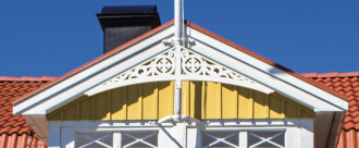 Gavelornament 004. Köp Snickarglädje och dekoration till verandan, farstukvisten, hela huset och villan. Måttanpassade konsoler, staket och räcken med snickarglädje. Du hittar gammaldags träräcke att köpa, trästaket med detaljer, mönster, ornament, dekoration för huset, snideri, träsnideri och snickarglädje med krusiduller och krumelurer till fastukvist och veranda samt dekor till taket och vindskivorna. Nockdekor och gavelornament. Dekoration till fönster och överliggare med dekorativt fönsterfoder. Prisvärt, svensktillverkat och snabb leverans.