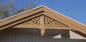 Fyllnadsdekor 002 Gaveldekor Snickarglädje. Köp Snickarglädje och dekoration till verandan, farstukvisten, hela huset och villan. Måttanpassade konsoler, staket och räcken med snickarglädje. Du hittar gammaldags träräcke att köpa, trästaket med detaljer, mönster, ornament, dekoration för huset, snideri, träsnideri och snickarglädje med krusiduller och krumelurer till farstukvist och veranda samt dekor till taket och vindskivorna. Nockdekor och gavelornament. Dekoration till fönster och överliggare med dekorativt fönsterfoder. Prisvärt, svensktillverkat och snabb leverans.