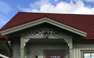 Fyllnadsdekor 020 Gaveldekor Snickarglädje. Köp Snickarglädje och dekoration till verandan, farstukvisten, hela huset och villan. Måttanpassade konsoler, staket och räcken med snickarglädje. Du hittar gammaldags träräcke att köpa, trästaket med detaljer, mönster, ornament, dekoration för huset, snideri, träsnideri och snickarglädje med krusiduller och krumelurer till farstukvist och veranda samt dekor till taket och vindskivorna. Nockdekor och gavelornament. Dekoration till fönster och överliggare med dekorativt fönsterfoder. Prisvärt, svensktillverkat och snabb leverans.