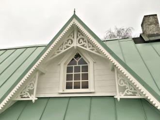 Hus 1. Snickerier till farstukvist och veranda. Snickarglädje och dekoration till verandan, farstukvisten, hela huset och villan. Måttanpassade konsoler, staket och räcken med snickarglädje. Du hittar gammaldags träräcke att köpa, trästaket med detaljer, mönster, ornament, dekoration för huset, snideri, snirklar, träsnideri och snickarglädje med krusiduller och krumelurer till farstukvist, glasveranda, orangeri, lusthus, uterum, pergola, veranda samt dekor till taket och vindskivorna. Nockdekor och gavelornament. Köp dekoration till fönster och överliggare med dekorativt fönsterfoder. Prisvärt, svensktillverkat och snabb leverans online. Snickarglädje, träräcke, räcke, altanräcke, staket, altanstaket, trästaket, dekor, träsnideri, snideri, snirklar, konsoler, konsol, ornament, Schweizerstil, sveitserstil, krusiduller, krumelurer, veranda, orangeri, lusthus, pergola, farstukvist, förstukvist, trämönster, sniderier, gaveldekor, takdekor, vindskivedekor, taknock, husdekoration, balkongräcke, fräfasad, lövsågeri, glädjesågning, sekelskifte, dalahus, hälsingestil, hälsingehus, punchveranda, glasveranda. nyrenässans, trädekoration, stick style, taknock