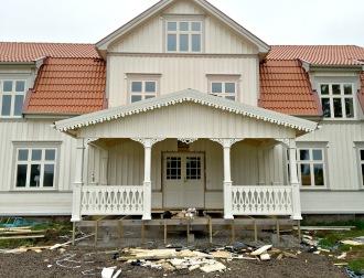 Gaveldekor Snickarglädje. Snickarglädje och dekoration till verandan, farstukvisten, hela huset och villan. Måttanpassade konsoler, staket och räcken med snickarglädje. Du hittar gammaldags träräcke att köpa, trästaket med detaljer, mönster, ornament, dekoration för huset, snideri, snirklar, träsnideri och snickarglädje med krusiduller och krumelurer till farstukvist, glasveranda, orangeri, lusthus, uterum, pergola, veranda samt dekor till taket och vindskivorna. Nockdekor och gavelornament. Köp dekoration till fönster och överliggare med dekorativt fönsterfoder. Prisvärt, svensktillverkat och snabb leverans online. Snickarglädje, träräcke, räcke, altanräcke, staket, altanstaket, trästaket, dekor, träsnideri, snideri, snirklar, konsoler, konsol, ornament, Schweizerstil, sveitserstil, krusiduller, krumelurer, veranda, orangeri, lusthus, pergola, farstukvist, förstukvist, trämönster, sniderier, gaveldekor, takdekor, vindskivedekor, taknock, husdekoration, balkongräcke, fräfasad, lövsågeri, glädjesågning, sekelskifte, dalahus, hälsingestil, hälsingehus, punchveranda, glasveranda. nyrenässans, trädekoration, stick style, taknock