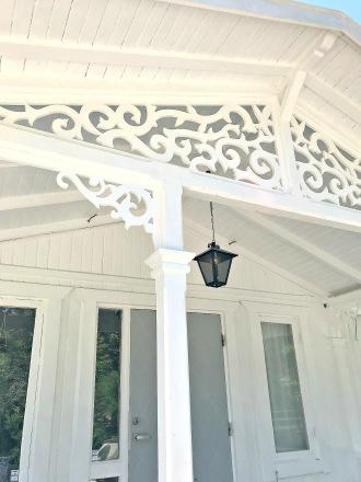Giebelschmuck 130. Hier können Sie traditionelle Zierornamente für ihre Giebel, Fenster und Terrassen kaufen. Schwedischer Stil, schwedische Häuser, Villen und Ferienhäuser. Bestellen Sie Ihr eigenes Design und Größe oder wählen sie eines unserer Standardmodelle. Zierornamente für ihre Veranda und Terrasse, Geländer, Dächer, Windbretter, Giebel und Fenster. Scrollen Sie nach unten, und lassen Sie sich inspirieren! Wählen Sie dekorative Konsolen für Ihre Veranda aus unseren Standardmaßen aus oder bestellen Sie Ihre Konsolen mit Ihren eigenen Abmessungen. Hausdekoration, Giebelschmuck, Dachschmuck, Giebelgaubenschmuck, Dachgaubenschmuck, Gaubenschmuck, Hausschmuck, Konsolen, Geländerschmuck,Veranda, Stempel Veranda, Sägen Freunde, Holzfassade, Balkonbrüstung, Hausdekoration, Windscheibe dekor, decke dekor, Ende dekor, Schnitzereien, Holzmuster, vestibul, pergola, pavillon, orangeri, verschnörkelt, frills, sveitserstil, ornament, Schriftrollen. holzzäune, dachterrasse, zaun, reling, Holzgeländer,Hausdekoration, Giebelschmuck, Dachschmuck, Giebelgaubenschmuck, Dachgaubenschmuck, Gaubenschmuck, Hausschmuck, Konsolen, Geländerschmuck