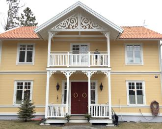 Giebelschmuck 101. Hier können Sie traditionelle Zierornamente für ihre Giebel, Fenster und Terrassen kaufen. Schwedischer Stil, schwedische Häuser, Villen und Ferienhäuser. Bestellen Sie Ihr eigenes Design und Größe oder wählen sie eines unserer Standardmodelle. Zierornamente für ihre Veranda und Terrasse, Geländer, Dächer, Windbretter, Giebel und Fenster. Scrollen Sie nach unten, und lassen Sie sich inspirieren! Wählen Sie dekorative Konsolen für Ihre Veranda aus unseren Standardmaßen aus oder bestellen Sie Ihre Konsolen mit Ihren eigenen Abmessungen. Hausdekoration, Giebelschmuck, Dachschmuck, Giebelgaubenschmuck, Dachgaubenschmuck, Gaubenschmuck, Hausschmuck, Konsolen, Geländerschmuck,Veranda, Stempel Veranda, Sägen Freunde, Holzfassade, Balkonbrüstung, Hausdekoration, Windscheibe dekor, decke dekor, Ende dekor, Schnitzereien, Holzmuster, vestibul, pergola, pavillon, orangeri, verschnörkelt, frills, sveitserstil, ornament, Schriftrollen. holzzäune, dachterrasse, zaun, reling, Holzgeländer,Hausdekoration, Giebelschmuck, Dachschmuck, Giebelgaubenschmuck, Dachgaubenschmuck, Gaubenschmuck, Hausschmuck, Konsolen, Geländerschmuck