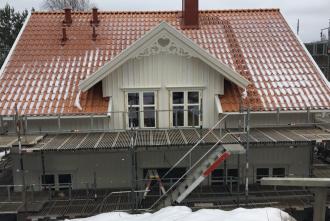Giebelschmuck 002. Hier können Sie traditionelle Zierornamente für ihre Giebel, Fenster und Terrassen kaufen. Schwedischer Stil, schwedische Häuser, Villen und Ferienhäuser. Bestellen Sie Ihr eigenes Design und Größe oder wählen sie eines unserer Standardmodelle. Zierornamente für ihre Veranda und Terrasse, Geländer, Dächer, Windbretter, Giebel und Fenster. Scrollen Sie nach unten, und lassen Sie sich inspirieren! Wählen Sie dekorative Konsolen für Ihre Veranda aus unseren Standardmaßen aus oder bestellen Sie Ihre Konsolen mit Ihren eigenen Abmessungen. Hausdekoration, Giebelschmuck, Dachschmuck, Giebelgaubenschmuck, Dachgaubenschmuck, Gaubenschmuck, Hausschmuck, Konsolen, Geländerschmuck,Veranda, Stempel Veranda, Sägen Freunde, Holzfassade, Balkonbrüstung, Hausdekoration, Windscheibe dekor, decke dekor, Ende dekor, Schnitzereien, Holzmuster, vestibul, pergola, pavillon, orangeri, verschnörkelt, frills, sveitserstil, ornament, Schriftrollen. holzzäune, dachterrasse, zaun, reling, Holzgeländer,Hausdekoration, Giebelschmuck, Dachschmuck, Giebelgaubenschmuck, Dachgaubenschmuck, Gaubenschmuck, Hausschmuck, Konsolen, Geländerschmuck