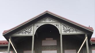 Fyllnadsdekor 041, Snickarglädje och dekoration till verandan, farstukvisten, hela huset och villan. Måttanpassade konsoler, staket och räcken med snickarglädje. Du hittar gammaldags träräcke att köpa, trästaket med detaljer, mönster, ornament, dekoration för huset, snideri, snirklar, träsnideri och snickarglädje med krusiduller och krumelurer till farstukvist, glasveranda, orangeri, lusthus, uterum, pergola, veranda samt dekor till taket och vindskivorna. Nockdekor och gavelornament. Köp dekoration till fönster och överliggare med dekorativt fönsterfoder. Prisvärt, svensktillverkat och snabb leverans online. Snickarglädje, träräcke, räcke, altanräcke, staket, altanstaket, trästaket, dekor, träsnideri, snideri, snirklar, konsoler, konsol, ornament, Schweizerstil, sveitserstil, krusiduller, krumelurer, veranda, orangeri, lusthus, pergola, farstukvist, förstukvist, trämönster, sniderier, gaveldekor, takdekor, vindskivedekor, taknock, husdekoration, balkongräcke, fräfasad, lövsågeri, glädjesågning, sekelskifte, dalahus, hälsingestil, hälsingehus, punchveranda, glasveranda. nyrenässans, trädekoration, stick style, taknock