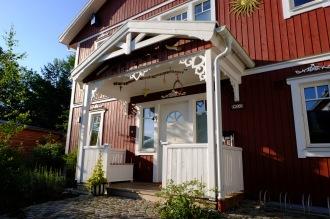 Köp Snickarglädje och dekoration till verandan, farstukvisten, hela huset och villan. Måttanpassade konsoler, staket och räcken med snickarglädje. Du hittar gammaldags träräcke att köpa, trästaket med detaljer, mönster, ornament, dekoration för huset, snideri, träsnideri och snickarglädje med krusiduller och krumelurer till farstukvist och veranda samt dekor till taket och vindskivorna. Nockdekor och gavelornament. Dekoration till fönster och överliggare med dekorativt fönsterfoder. Prisvärt, svensktillverkat och snabb leverans.