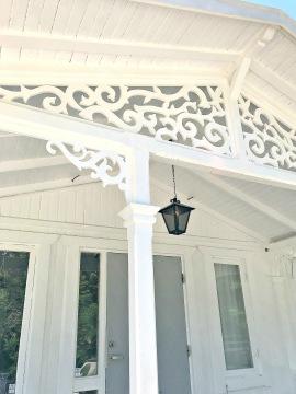 Farstukvist med fyllnadsdekor och med gavelornament. Köp Snickarglädje och dekoration till verandan, farstukvisten, hela huset och villan. Måttanpassade konsoler och räcken med snickarglädje. Du hittar träräcke, trästaket med detaljer, mönster, ornamnent, dekoration för huset, snideri, träsnideri och snickarglädje med krusiduller och krumelurer till fastukvisten och verandan samt dekor till taket och vindskivorna. Nockdekor och gavelornament. Dekoration till fönster och överliggare med dekorativt fönsterfoder. Prisvärt, svensktillverkat och snabb leverans.