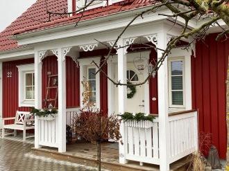 Frontespis med fyllnadsdekor och med gavelornament. Köp Snickarglädje och dekoration till verandan, farstukvisten, hela huset och villan. Måttanpassade konsoler och räcken med snickarglädje. Du hittar träräcke, trästaket med detaljer, mönster, ornamnent, dekoration för huset, snideri, träsnideri och snickarglädje med krusiduller och krumelurer till fastukvisten och verandan samt dekor till taket och vindskivorna. Nockdekor och gavelornament. Dekoration till fönster och överliggare med dekorativt fönsterfoder. Prisvärt, svensktillverkat och snabb leverans.