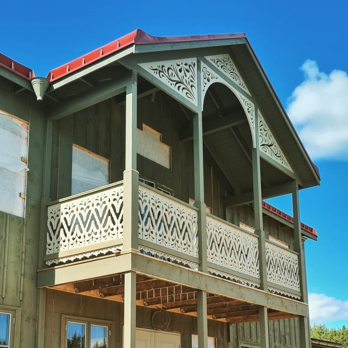 Fyllnadsdekor 090. Köp Snickarglädje och dekoration till verandan, farstukvisten, hela huset och villan. Måttanpassade konsoler, staket och räcken med snickarglädje. Du hittar gammaldags träräcke att köpa, trästaket med detaljer, mönster, ornament, dekoration för huset, snideri, träsnideri och snickarglädje med krusiduller och krumelurer till fastukvist och veranda samt dekor till taket och vindskivorna. Nockdekor och gavelornament. Dekoration till fönster och överliggare med dekorativt fönsterfoder. Prisvärt, svensktillverkat och snabb leverans.