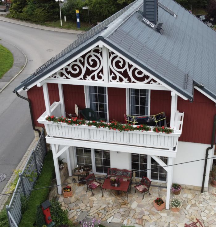 Fyllnadsdekor 090, Snickarglädje och dekoration till verandan, farstukvisten, hela huset och villan. Måttanpassade konsoler, staket och räcken med snickarglädje. Du hittar gammaldags träräcke att köpa, trästaket med detaljer, mönster, ornament, dekoration för huset, snideri, snirklar, träsnideri och snickarglädje med krusiduller och krumelurer till farstukvist, glasveranda, orangeri, lusthus, uterum, pergola, veranda samt dekor till taket och vindskivorna. Nockdekor och gavelornament. Köp dekoration till fönster och överliggare med dekorativt fönsterfoder. Prisvärt, svensktillverkat och snabb leverans online. Snickarglädje, träräcke, räcke, altanräcke, staket, altanstaket, trästaket, dekor, träsnideri, snideri, snirklar, konsoler, konsol, ornament, Schweizerstil, sveitserstil, krusiduller, krumelurer, veranda, orangeri, lusthus, pergola, farstukvist, förstukvist, trämönster, sniderier, gaveldekor, takdekor, vindskivedekor, taknock, husdekoration, balkongräcke, fräfasad, lövsågeri, glädjesågning, sekelskifte, dalahus, hälsingestil, hälsingehus, punchveranda, glasveranda. nyrenässans, trädekoration, stick style, taknock