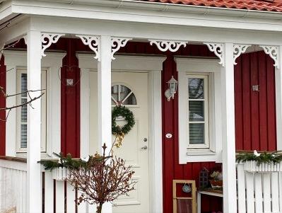 Köp snickarglädje och dekoration till verandan, farstukvisten, hela huset och villan. Måttanpassade konsoler, staket och räcken med snickarglädje. Du hittar gammaldags träräcke att köpa, trästaket med detaljer, mönster, ornament, dekoration för huset, snideri, snirklar, träsnideri och snickarglädje med krusiduller och krumelurer till farstukvist, glasveranda, orangeri, lusthus, uterum, pergola, veranda samt dekor till taket och vindskivorna. Nockdekor och gavelornament. Köp dekoration till fönster och överliggare med dekorativt fönsterfoder. Prisvärt, svensktillverkat och snabb leverans online.Snickarglädje, träräcke, räcke, altanräcke, staket, altanstaket, trästaket, dekor, träsnideri, snideri, snirklar, konsoler, konsol, ornament, sveitserstil, krusiduller, krumelurer, veranda, orangeri, lusthus, pergola, farstukvist, förstukvist, trämönster, sniderier, gaveldekor, takdekor, vindskivedekor, taknock, husdekoration, balkongräcke, fräfasad, lövsågeri, glädjesågning, sekelskifte, dalahus, hälsingestil, hälsingehus