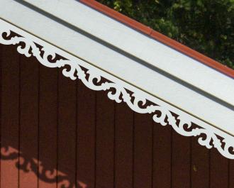 Vindskivedekor. Köp Snickarglädje och dekoration till verandan, farstukvisten, hela huset och villan. Måttanpassade konsoler och räcken med snickarglädje. Du hittar träräcke, trästaket med detaljer, mönster, ornamnent, dekoration för huset, snideri, träsnideri och snickarglädje med krusiduller och krumelurer till fastukvisten och verandan samt dekor till taket och vindskivorna. Nockdekor och gavelornament. Dekoration till fönster och överliggare med dekorativt fönsterfoder. Prisvärt, svensktillverkat och snabb leverans.