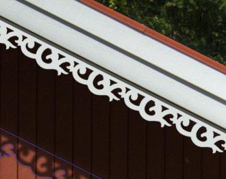 Klassisk snickarglädje, dekoration och dekor för taket, vindskiva och takornament i gammaldags och sekelskiftesstil. Vindskivedekor, Vindskivor, Dekor, Takdekor, takdekoration, Taknock, Takryttare, Farstubro, Farstukvist, Förstukvist, Gaveldekor, Glädjesågning, Husdekoration, Hälsingehus, Hälsingestil, Krumelurer, Krusiduller, Lövsågeri, Nyrenässans, Ornament, Schweizerstil, Sekelskifte, Snickarglädje, Snickerier, Snideri, Sniderier, Snirklar, Sveitserstil, Dalahus, Trädekoration, Trämönster, Träsnideri, träutsirning, Utsågad, Utsågat, Veranda, Vindskiva, Brokvist, Husdekor. Nockdekor och gavelornament. Vindskivedekor 002