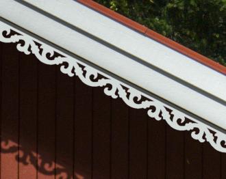 Vindskivedekor från Gaveldekor. Köp Snickarglädje och dekoration till verandan, farstukvisten, hela huset och villan. Måttanpassade konsoler, staket och räcken med snickarglädje. Du hittar gammaldags träräcke att köpa, trästaket med detaljer, mönster, ornament, dekoration för huset, snideri, träsnideri och snickarglädje med krusiduller och krumelurer till farstukvist och veranda samt dekor till taket och vindskivorna. Nockdekor och gavelornament. Dekoration till fönster och överliggare med dekorativt fönsterfoder. Prisvärt, svensktillverkat och snabb leverans.