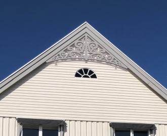 Gavelornament 011 45° Gaveldekor Snickarglädje. Köp Snickarglädje och dekoration till verandan, farstukvisten, hela huset och villan. Måttanpassade konsoler, staket och räcken med snickarglädje. Du hittar gammaldags träräcke att köpa, trästaket med detaljer, mönster, ornament, dekoration för huset, snideri, träsnideri och snickarglädje med krusiduller och krumelurer till farstukvist och veranda samt dekor till taket och vindskivorna. Nockdekor och gavelornament. Dekoration till fönster och överliggare med dekorativt fönsterfoder. Prisvärt, svensktillverkat och snabb leverans.