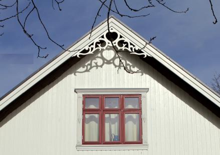 Gaveldekor Snickarglädje. Snickarglädje och dekoration till verandan, farstukvisten, hela huset och villan. Måttanpassade konsoler, staket och räcken med snickarglädje. Du hittar gammaldags träräcke att köpa, trästaket med detaljer, mönster, ornament, dekoration för huset, snideri, träsnideri och snickarglädje med krusiduller och krumelurer till farstukvist och veranda samt dekor till taket och vindskivorna. Nockdekor och gavelornament. Köp dekoration till fönster och överliggare med dekorativt fönsterfoder. Prisvärt, svensktillverkat och snabb leverans. Gavelornament 002