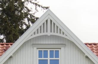 Gavelornament 020. Köp Snickarglädje och dekoration till verandan, farstukvisten, hela huset och villan. Måttanpassade konsoler, staket och räcken med snickarglädje. Du hittar gammaldags träräcke att köpa, trästaket med detaljer, mönster, ornament, dekoration för huset, snideri, träsnideri och snickarglädje med krusiduller och krumelurer till fastukvist och veranda samt dekor till taket och vindskivorna. Nockdekor och gavelornament. Dekoration till fönster och överliggare med dekorativt fönsterfoder. Prisvärt, svensktillverkat och snabb leverans.