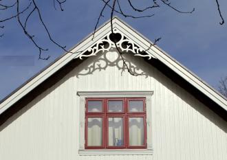 Gavelornament 002 35° Gaveldekor Snickarglädje. Köp Snickarglädje och dekoration till verandan, farstukvisten, hela huset och villan. Måttanpassade konsoler, staket och räcken med snickarglädje. Du hittar gammaldags träräcke att köpa, trästaket med detaljer, mönster, ornament, dekoration för huset, snideri, träsnideri och snickarglädje med krusiduller och krumelurer till farstukvist och veranda samt dekor till taket och vindskivorna. Nockdekor och gavelornament. Dekoration till fönster och överliggare med dekorativt fönsterfoder. Prisvärt, svensktillverkat och snabb leverans.