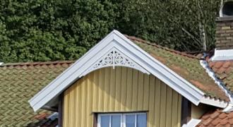 Gavelornament 004 35° Gaveldekor Snickarglädje. Köp Snickarglädje och dekoration till verandan, farstukvisten, hela huset och villan. Måttanpassade konsoler, staket och räcken med snickarglädje. Du hittar gammaldags träräcke att köpa, trästaket med detaljer, mönster, ornament, dekoration för huset, snideri, träsnideri och snickarglädje med krusiduller och krumelurer till farstukvist och veranda samt dekor till taket och vindskivorna. Nockdekor och gavelornament. Dekoration till fönster och överliggare med dekorativt fönsterfoder. Prisvärt, svensktillverkat och snabb leverans.