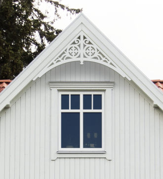 Gavelornament 004 45° Gaveldekor Snickarglädje. Köp Snickarglädje och dekoration till verandan, farstukvisten, hela huset och villan. Måttanpassade konsoler, staket och räcken med snickarglädje. Du hittar gammaldags träräcke att köpa, trästaket med detaljer, mönster, ornament, dekoration för huset, snideri, träsnideri och snickarglädje med krusiduller och krumelurer till farstukvist och veranda samt dekor till taket och vindskivorna. Nockdekor och gavelornament. Dekoration till fönster och överliggare med dekorativt fönsterfoder. Prisvärt, svensktillverkat och snabb leverans.
