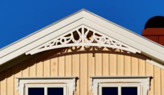 Gavelornament 031. Köp Snickarglädje och dekoration till verandan, farstukvisten, hela huset och villan. Måttanpassade konsoler, staket och räcken med snickarglädje. Du hittar gammaldags träräcke att köpa, trästaket med detaljer, mönster, ornament, dekoration för huset, snideri, träsnideri och snickarglädje med krusiduller och krumelurer till fastukvist och veranda samt dekor till taket och vindskivorna. Nockdekor och gavelornament. Dekoration till fönster och överliggare med dekorativt fönsterfoder. Prisvärt, svensktillverkat och snabb leverans.