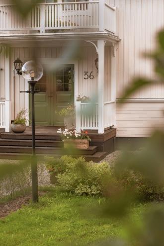 Gaveldekor konsol 014. Köp Snickarglädje och dekoration till verandan, farstukvisten, hela huset och villan. Måttanpassade konsoler, staket och räcken med snickarglädje. Du hittar gammaldags träräcke att köpa, trästaket med detaljer, mönster, ornament, dekoration för huset, snideri, träsnideri och snickarglädje med krusiduller och krumelurer till farstukvist och veranda samt dekor till taket och vindskivorna. Nockdekor och gavelornament. Dekoration till fönster och överliggare med dekorativt fönsterfoder. Prisvärt, svensktillverkat och snabb leverans.