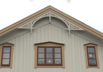 Gavelornament 001. Köp Snickarglädje och dekoration till verandan, farstukvisten, hela huset och villan. Måttanpassade konsoler, staket och räcken med snickarglädje. Du hittar gammaldags träräcke att köpa, trästaket med detaljer, mönster, ornament, dekoration för huset, snideri, träsnideri och snickarglädje med krusiduller och krumelurer till fastukvist och veranda samt dekor till taket och vindskivorna. Nockdekor och gavelornament. Dekoration till fönster och överliggare med dekorativt fönsterfoder. Prisvärt, svensktillverkat och snabb leverans.