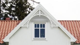 Gavelornament 050 Gaveldekor Snickarglädje. Köp Snickarglädje och dekoration till verandan, farstukvisten, hela huset och villan. Måttanpassade konsoler, staket och räcken med snickarglädje. Du hittar gammaldags träräcke att köpa, trästaket med detaljer, mönster, ornament, dekoration för huset, snideri, träsnideri och snickarglädje med krusiduller och krumelurer till farstukvist och veranda samt dekor till taket och vindskivorna. Nockdekor och gavelornament. Dekoration till fönster och överliggare med dekorativt fönsterfoder. Prisvärt, svensktillverkat och snabb leverans.