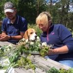 Ulrika og Jan med Alice hjalp til med blomster
