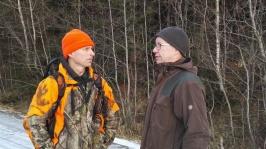 Mens Tico har 1. premielos i bakgrunnen, diskuterer Edvin Fjølstad og den finske laglederen avl over landegrensene. (Foto: Nils T. Kjøsnes).